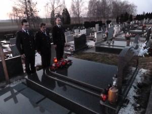 Zapovjednik, predsjednik i tajnik Društva položili su vijenac na grob Augustina Jezernika prije 89. godišnje skupštine