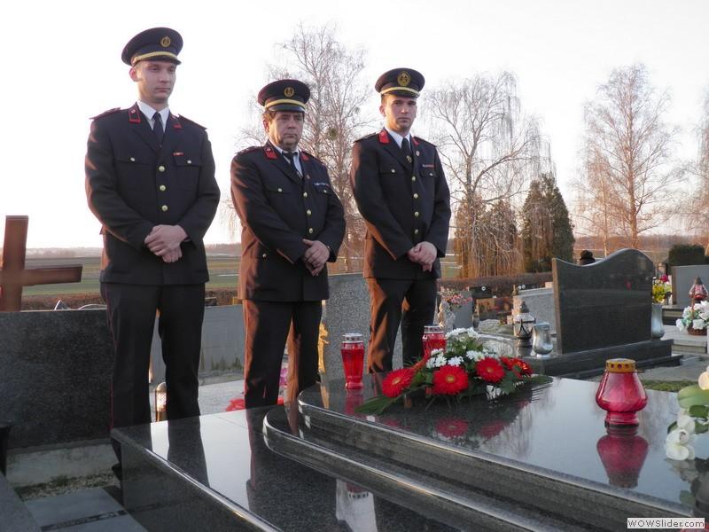 Predsjednik, zapovjednik i tajnik društva na grobu Augustina Jezernika, dugogodišnjeg predsjednika DVD-a Vratišinec